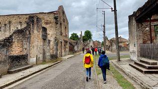 Des collégiens de 3ème ont parcouru les rues en ruines de l'ancien village d'Oradour-sur-Glane. (Timour Ozturk)