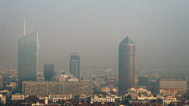 Vue de Lyon, le 7 décembre 2016, lors d'un pic de pollution (illustration). (RICHARD MOUILLAUD / MAXPPP)