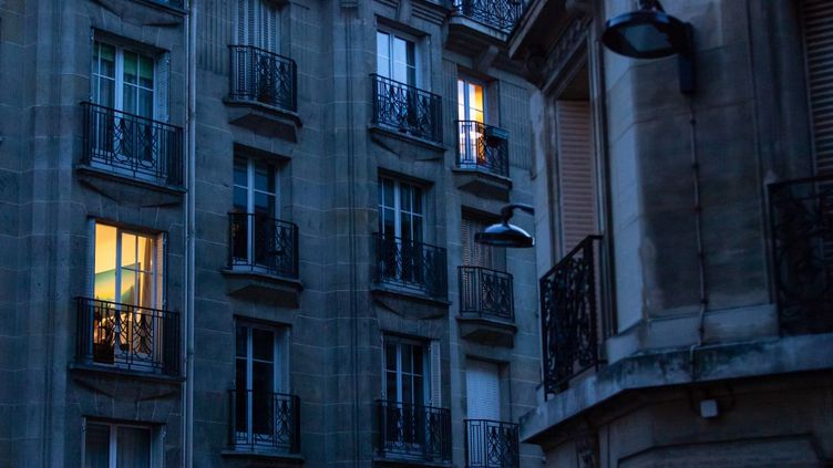 Un immeuble du 15e arrondissement de Paris, le 7 avril 2020. (LAURE BOYER / HANS LUCAS / AFP)