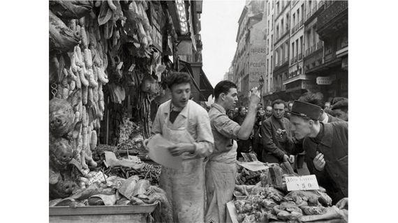 """""""34, rue Montorgueil"""", 1953. (ROBERT DOISNEAU)"""