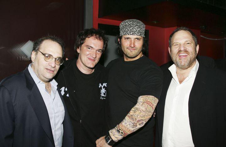 Bob Weinstein, les réalisateurs Quentin Tarantino et Robert Rodriguez, et Harvey Weinstein lors d'une soirée organisée par The Weinstein Company, le 4 novembre 2005 à Santa Monica (Etats-Unis). (MICHAEL BUCKNER / GETTY IMAGES NORTH AMERICA / AFP)