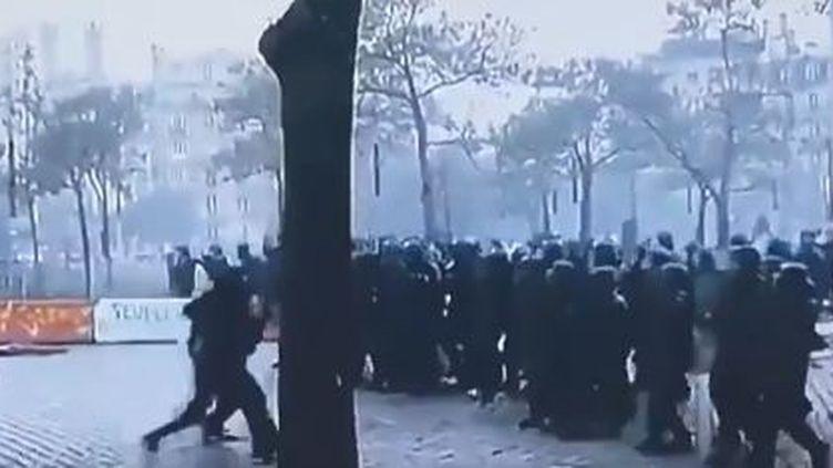 """Capture d'écran d'une vidéo tournée sur la place d'Italie (Paris), le 16 novembre 2019, lors d'une manifestation des """"gilets jaunes"""". (TWITTER LE GENERAL)"""