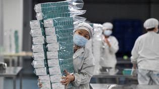 Dans une entreprise pharmaceutique à Haikou, dans la province de Hainan, dans le sud de la Chine, le 3 février 2020.  (PU XIAOXU / XINHUA / AFP)