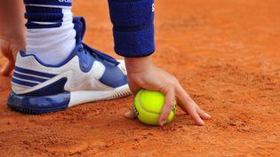 Un ramasseur de balle au tournoi de Roland-Garros (Paris), le 19 mai 2016. (MAXPPP)