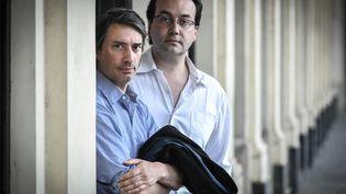 Le documentariste Gédéon Naudet (à droite) avec son frère et collègue Jules, à Paris (France) le 25 mai 2018 (STEPHANE DE SAKUTIN / AFP)
