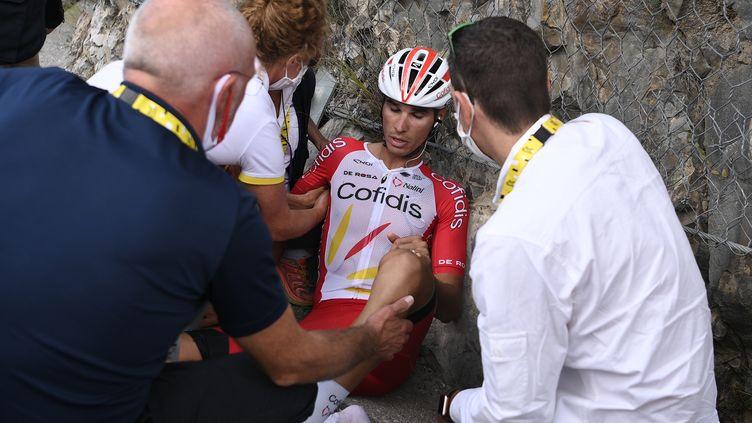 Anthony Perez secouru après sa chute lors de la 3e étape du Tour de France 2020 qui l'a contraint à l'abandon (ANNE-CHRISTINE POUJOULAT / AFP)
