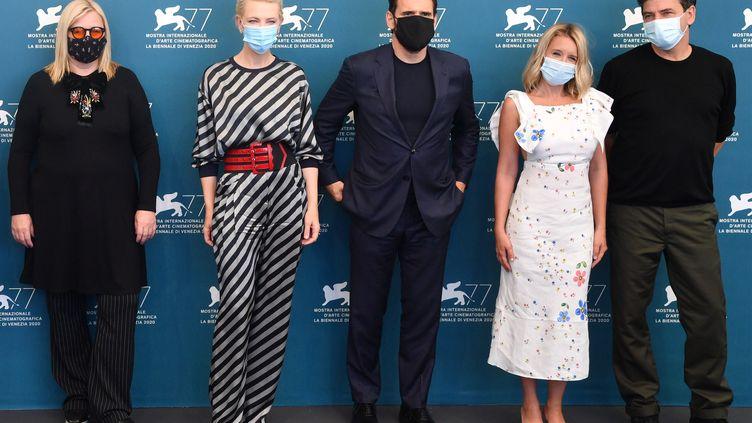 La réalisatrice autrichienne Veronika Franz, La présidente australienne du jury Cate Blanchett, l'acteur américain Matt Dillon, l'actrice française Ludivine Sagnier, le réalisateur allemand Christian Petzold, masquésle jour de l'ouverture de la 77e Mostra de Venise (2 septembre 2020) (TIZIANA FABI / AFP)