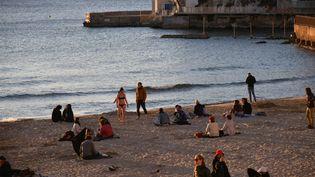 Des personnes profitent de la plage du Prophète, le 15 mars 2020 à Marseille (Bouches-du-Rhône). (MAXPPP)