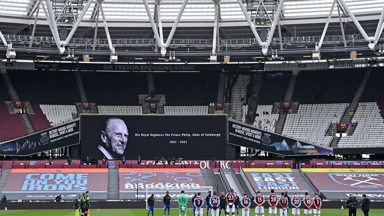 Deux minutes de silence ont été observées en mémoire du Prince Philip avant la rencontre entre West Ham et Leicester City le 11 avril. (JUSTIN SETTERFIELD / POOL)