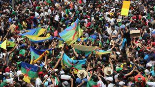 Des manifestants algériens brandissent le drapeau amazigh, le 21 juin 2019, à Alger. (BILLAL BENSALEM / NURPHOTO / AFP)
