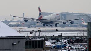 Un avion atterrit à l'aéroport d'Heathrow, à Londres (Royaume-Uni), le 21 janvier 2013. (ANDREW COWIE / AFP)