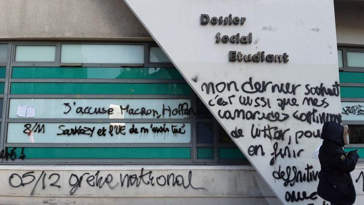 Plusieurs centaines d'étudiants se sont réunis, mardi12 novembre, devant le siège du Crous à Lyon, où l'un d'eux s'est grièvement brûlé en s'immolant vendredi. (MATHILDE IMBERTY / RADIO FRANCE)