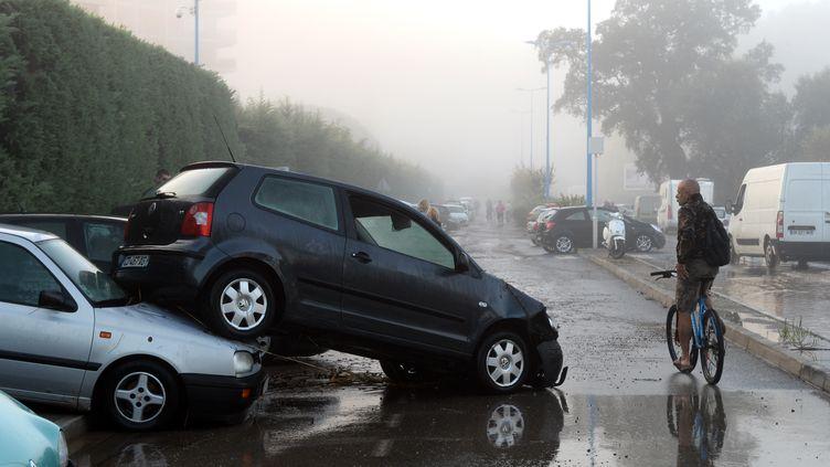 Des voitures endommagées par les inondations qui ont frappé Mandelieu-la-Napoule (Alpes-Maritimes), le 4 octobre 2015. (BORIS HORVAT / AFP)