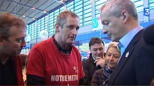 L'ancien ministre de l'Agriculture Bruno Le Maire (à droite) écoute les revendications d'un éleveur auSalon de l'agriculture,le 1er mars 2016, à Paris. (FRANCE 3 AUVERGNE)