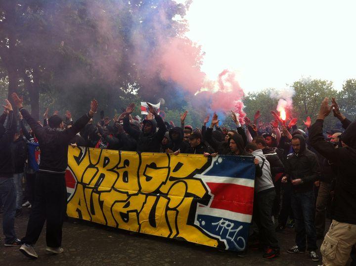 Les ultras du virage Auteuil à leur arrivée sur la place du Trocadéro, lundi 13 mai 2013. (SALOME LEGRAND / FRANCETV INFO)
