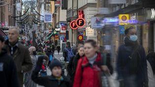 Des passants dans les rues de Stockholm, en Suède, le 23 décembre 2020. (NARCISO CONTRERAS / ANADOLU AGENCY / AFP)