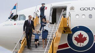 La famille royale britannique arrive à l'aéroport de Victoria (Colombie-Britannique), le 24 septembre 2016, pour un séjour de huit jours au Canada. (KEVIN LIGHT / REUTERS)