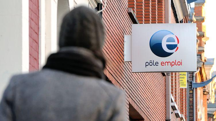 Une femme marche en direction d'une agence Pôle emploi à Arras (Pas-de-Calais), le 20 novembre 2013. (PHILIPPE HUGUEN / AFP)