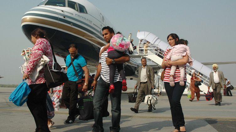 Des passagers d'un vol Comtel arrivant à Amritsar en Inde en provenance de Vienne (Autriche), le 2 octobre 2011. (NARINDER NANU / AFP)