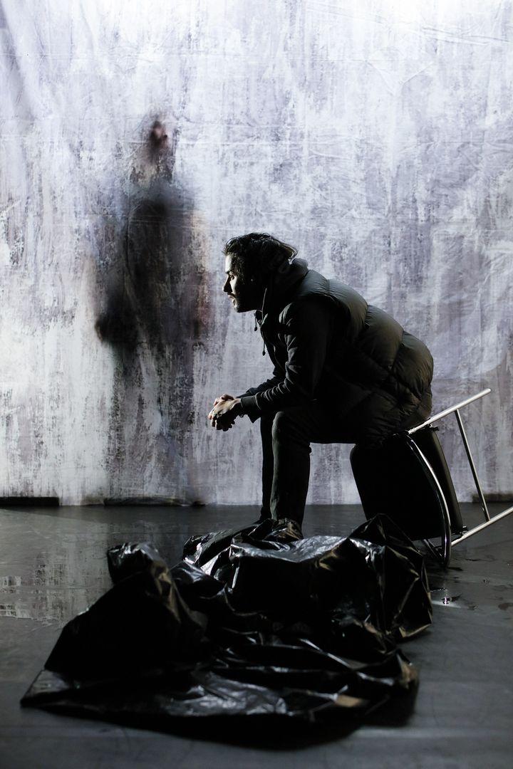 Yohan Manca interprète un Mohamed Merah retranché chez lui, en pleine négociation avec le Raid. (Arnaud Bertereau - Agence Mona)