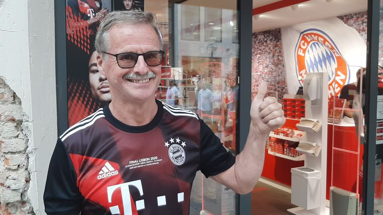 Roland, supporter du Bayern Munich, devant la boutique officielle du club, le 21 août 2020. (SEBASTIEN BAER / RADIO FRANCE)