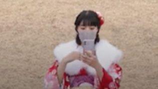 Le Japon est un pays aux traditions riches et ancestrales. Par exemple, chaque année, les jeunes Japonais de 20 ans fêtent leur passage à l'âge adulte. Un moment touchant qui a été chamboulé par le Covid-19. (FRANCEINFO)