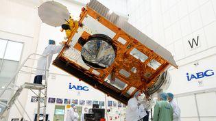Lesatellite Sentinel-6 en test en Allemagne, le 17 juillet 2020. Ce satellite, qui mesurera le niveau des mers, est lancé le 21 novembre 2020. (STEPHANE CORVAJA / EUROPEAN SPACE AGENCY / AFP)