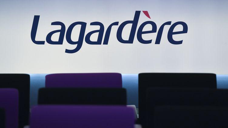 Le logo du groupe Lagardère lors d'une conférence de presse à Paris, le 13 mars 2019. (ERIC PIERMONT / AFP)
