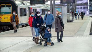 Des voyageurs à la gare deOostende, en Belgique, le 20 février 2021. (KURT DESPLENTER / BELGA MAG / AFP)