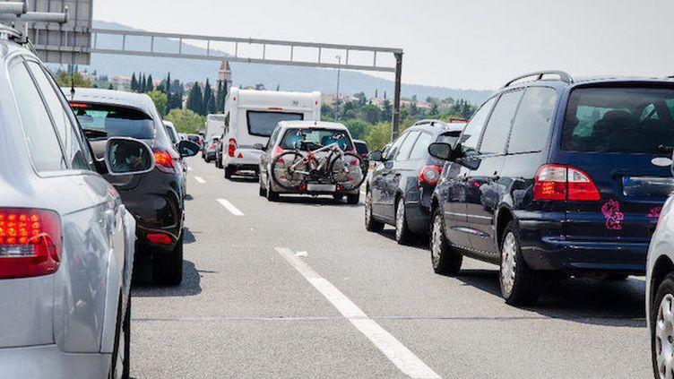 Respectez les distances de sécurité : au moins deux secondes entre chaque véhicule (© Fotolia)