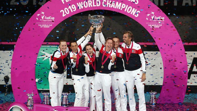 L'équipe de France de Fed Cup, vainqueur finale du trophée, le 10 novembre 2019 à Perth (Australie). (GARY DAY / AAP / AFP)