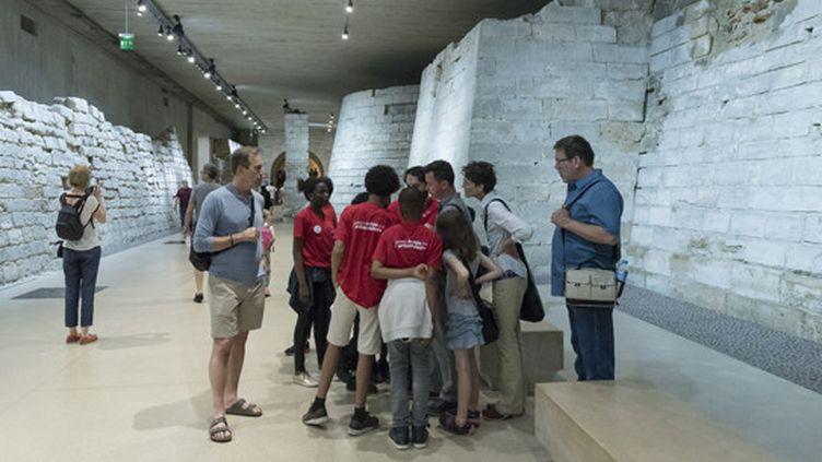 «Jeunes archéo-ambassadeurs» en plein travail au Louvre le 16 juin 2017  (Hamid AZMOUN - Inrap )