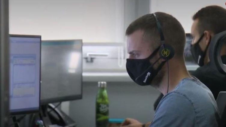 Les nouvelles règles sanitaires entreront en vigueur dans les entreprises, mardi 1er septembre. Le masque devient obligatoire pour tout le monde, sauf si vous êtes seul(e) dans un bureau. (FRANCE 2)