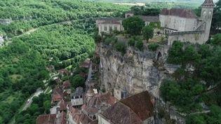 Si la saison touristique a bien fini par débuter, avec le déconfinement, certains lieux généralement prisés ont encore du mal à faire le plein. (France 2)