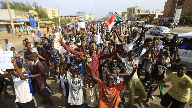 Des Soudanais rassemblés à Khartoum, le 1er août 2019, pour protester après la mort de six manifestants à Al-Obeid, trois jours plus tôt. (ASHRAF SHAZLY / AFP)
