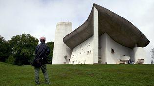 La chapelle duNotre-Dame-du-Haut à Ronchamps (Haute-Saône),construite par Le Corbusier entre 1953 et 1955 et photographiée ici, le 9 septembre 2011. (SEBASTIEN BOZON / AFP)