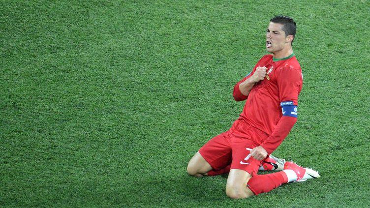 Le capitaine du Portugal, Cristiano Ronaldo, célèbre son deuxième but contre les Pays-Bas lors de l'Euro 2012, le 17 juin à Kharkiv (Ukraine). (SERGEI SUPINSKY / AFP)