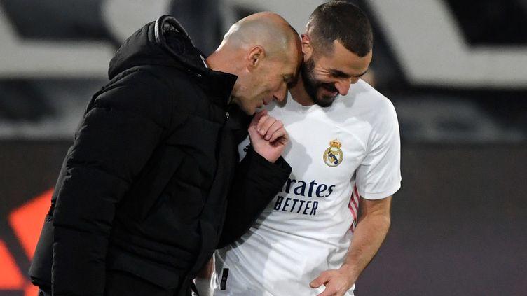 Karim Benzema (à droite) et Zinedine Zidane, le 15 décembre 2020, lors du match entre le Real Madrid et l'Athletic Bilbao. (OSCAR DEL POZO / AFP)