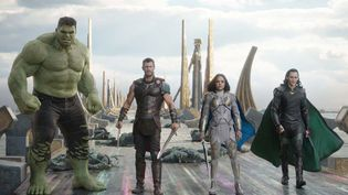 "Mark Ruffalo, Chris Hemsworth, Tessa Thompson, Tom Hiddleston dans ""Thor : Ragnarok"" de Taika Waititi  (Marvel Studios)"