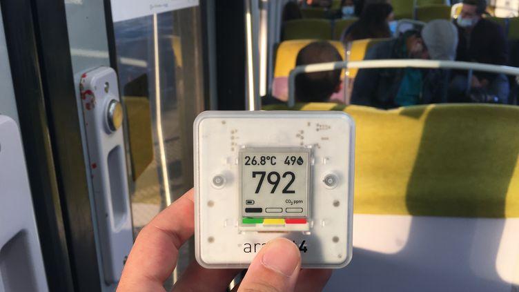 Un capteur de dioxyde de carbone dans un RER, en région parisienne. (FRANCEINFO)