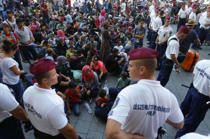 Des officiers de police devant l'entrée de la gare de Budapest (Hongrie), face à des migrants expulsés sur le parvis, le 1er septembre 2015. (LASZLO BALOGH / REUTERS)