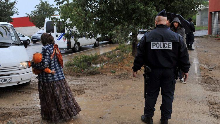 Lors d'une évacuation de Roms à Marseille (Bouches-du-Rhône), le 30 août 2012. Une quarantaine de personnes ont été évacuées d'un autre terrain, non loin, le 3 septembre. Il pourrait s'agir des mêmes personnes. (NICOLAS VALLAURI / LA PROVENCE / MAXPPP)
