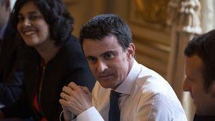 Manuel Valls entouré de la ministre du Travail Myriam El Khomri et du ministre de l'Economie Emmanuel Macron, le 9 mars 2016 à Matignon. (GEOFFROY VAN DER HASSELT / AFP)