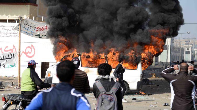 Des affrontements entre manifestants et forces de l'ordre ont éclaté après l'annonce de la condamnation à mort de 21 Egyptiens pour leur implication dans les violences meurtrières lors d'un match de football l'an dernier dans cette ville - samedi 26 janvier 2013 (STR / AFP)