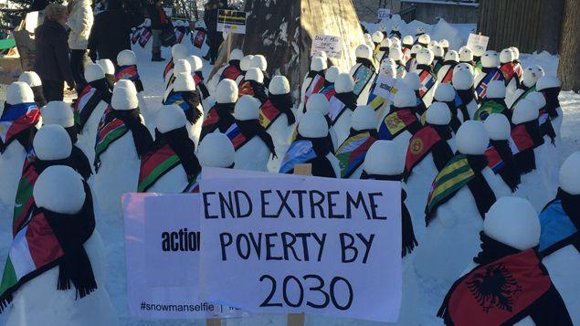 (Des bonhommes de neige incarnent la contestation cette année © Isabelle Chaillou / Radio France)