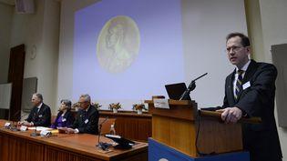 Urban Lendahl, le secrétaire du comité Nobel pour la médecine, le 5 octobre 2015 à Stockholm (Suède) lors de l'annonce du prix Nobel de la discipline. (JONATHAN NACKSTRAND / AFP)