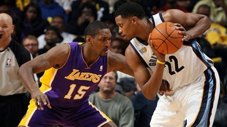 Ron Artest (LA Lakers) à la lutte avec Rudy Gay (Memphis Grizzlies)