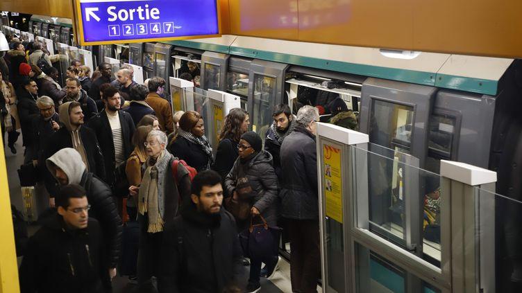 Des voyageurs dans le métro parisien, le 20 décembre 2019. (DELPHINE GOLDSZTEJN / MAXPPP)