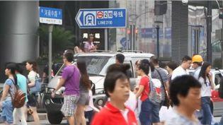 Dans certaines villes de Chine, une sonnerie de téléphone annonce aux personnes autour que le correspondant est un mauvais payeur, et qu'il doit payer ses dettes. (FRANCE 3)