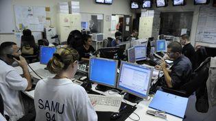 Le centre d'appel du Samu du Val-de-Marne à l'hôpital Henri-Mondor de Créteil, le 15 mai 2008. (STEPHANE DE SAKUTIN / AFP)